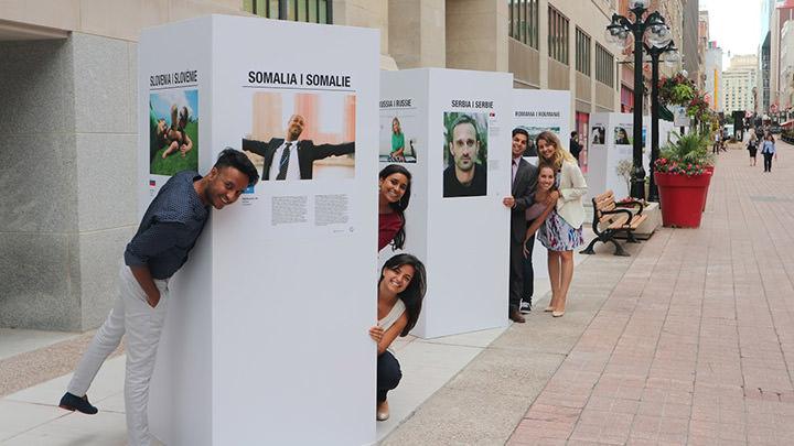 Des jeunes présentent leur exposition de photos « MyCanada 150 » sur la rue Sparks, à Ottawa.