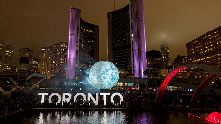 À chaque année, Nuit Blanche Toronto transforme le Carré Nathan Phillips avec de l'art contemporain.