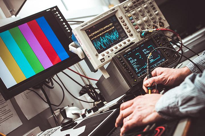Un homme travaille avec des équipements vidéo.