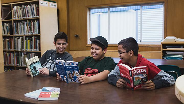 À Vancouver, de jeunes Autochtones partagent des histoires de livres pour les Premières Nations, Inuit et Métis, récipiendaires du Burt Award de CODE.